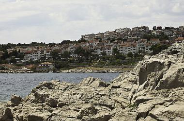 Skalnaté pobřeží u města Mali Lošinj, ostrov Lošinj